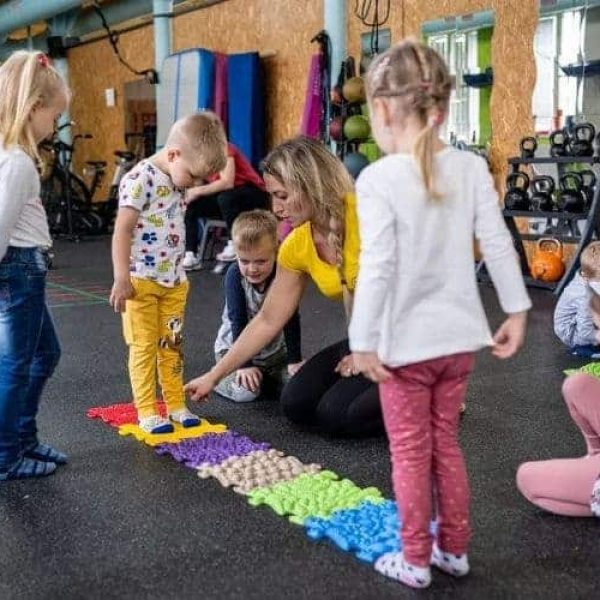 Children play with occupatgional therapist during muffik session in therapy